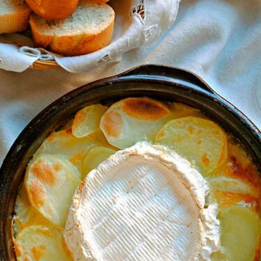 Gratén o gratinado de patatas con cebolla caramelizada y queso, la receta que los más queseros adorarán