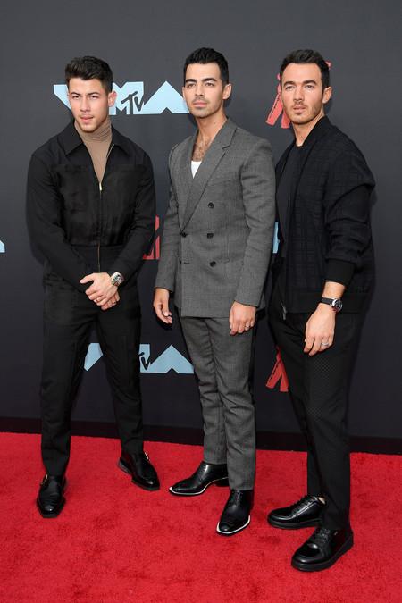 Los Jonas Brothers Apuestan Por Los Tonos Oscuros Para La Red Carpet De Los Mtv Vmas 2