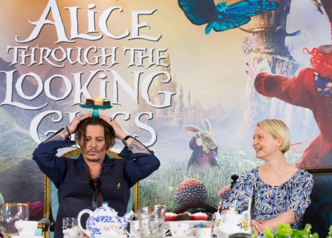 Johnny Depp y Mia Wasikowska en la rueda de prensa de Alicia a Través del Espejo