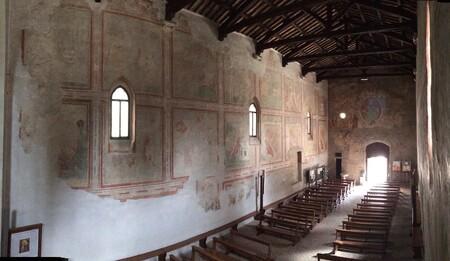 Esta hermosa iglesia románica conserva impresionantes frescos medievales y las excavaciones de una ciudad comercial romana
