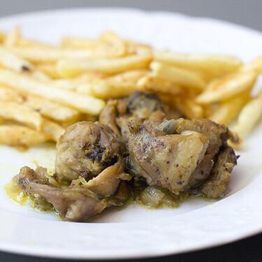 Conejo encebollado al curry, receta