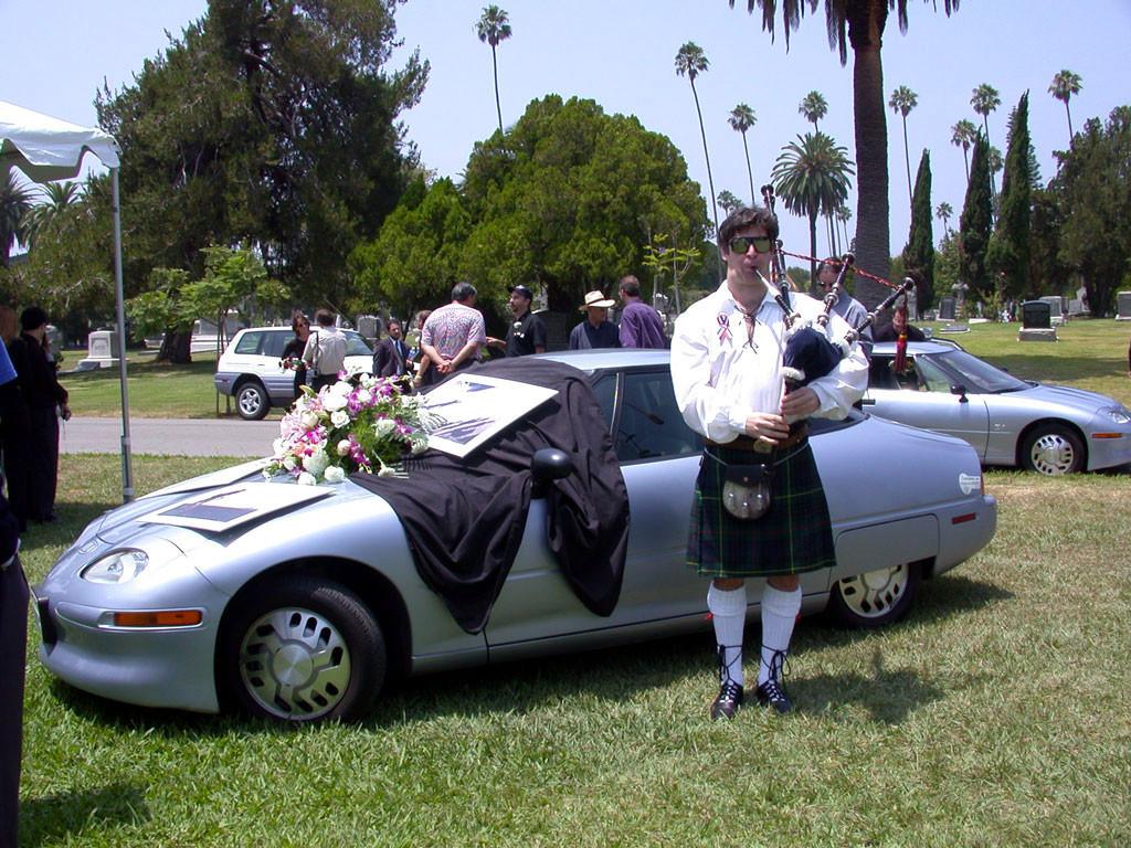 EV1: la historia del coche eléctrico que tuvo ceremonia de entierro cuando General Motors ordenó su destrucción