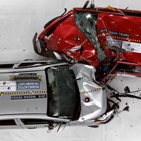Chocar un Nissan Versa y un Nissan Tsuru, o el vídeo sobre cómo enterrar el recuerdo de un coche funesto