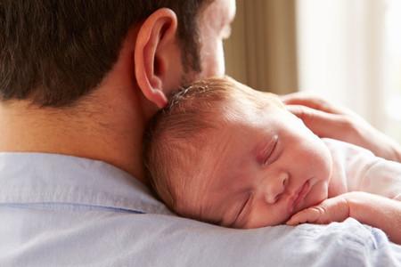 Papa Sosteniendo Bebe