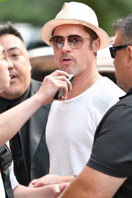 Tras ver su último total white look, nos surge una duda: ¿hay algo que le quede mal a Brad Pitt?