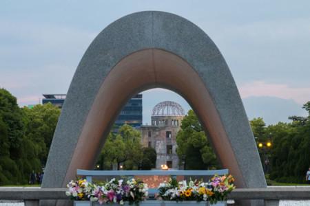 El Cenotafio con la Cúpula de la Bomba Atómica al fondo