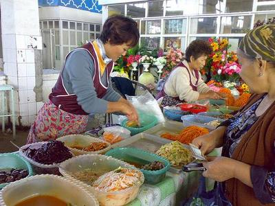 El bazar de Yunusabad en Tashkent (Uzbekistán)