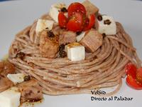 Tallarines integrales con mozzarella, atún y alcaparras crujientes