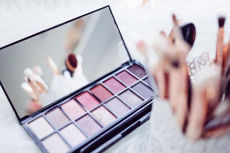 Nuevo vídeo de YouTube: os damos las claves de un maquillaje de día con productos de farmacia
