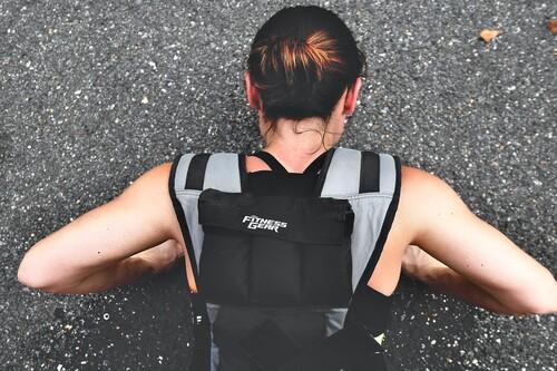 Cinco ejercicios para entrenar todo nuestro cuerpo que mejoran mucho si lo hacemos con chaleco lastrado