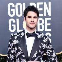 Darren Criss rescata las flores en invierno para su look en los Globos de Oro