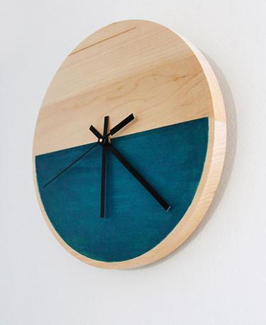 Un minimalista reloj de pared de madera hecho a mano