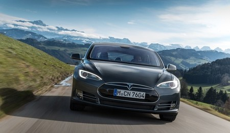 Tesla Model S gris oscuro frontal