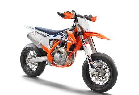 ¡Diabólica! La KTM 450 SMR se renueva con mejores frenos y 63 CV para solo 102 kg, por 11.079 euros