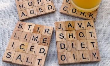 Hazlo tú mismo: posavasos con piezas del Scrabble