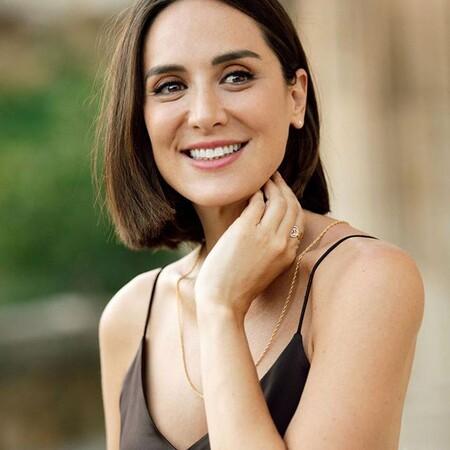 Tamara Falcó tienen el vestido más versátil que puedes combinar con tacones y con zapatillas