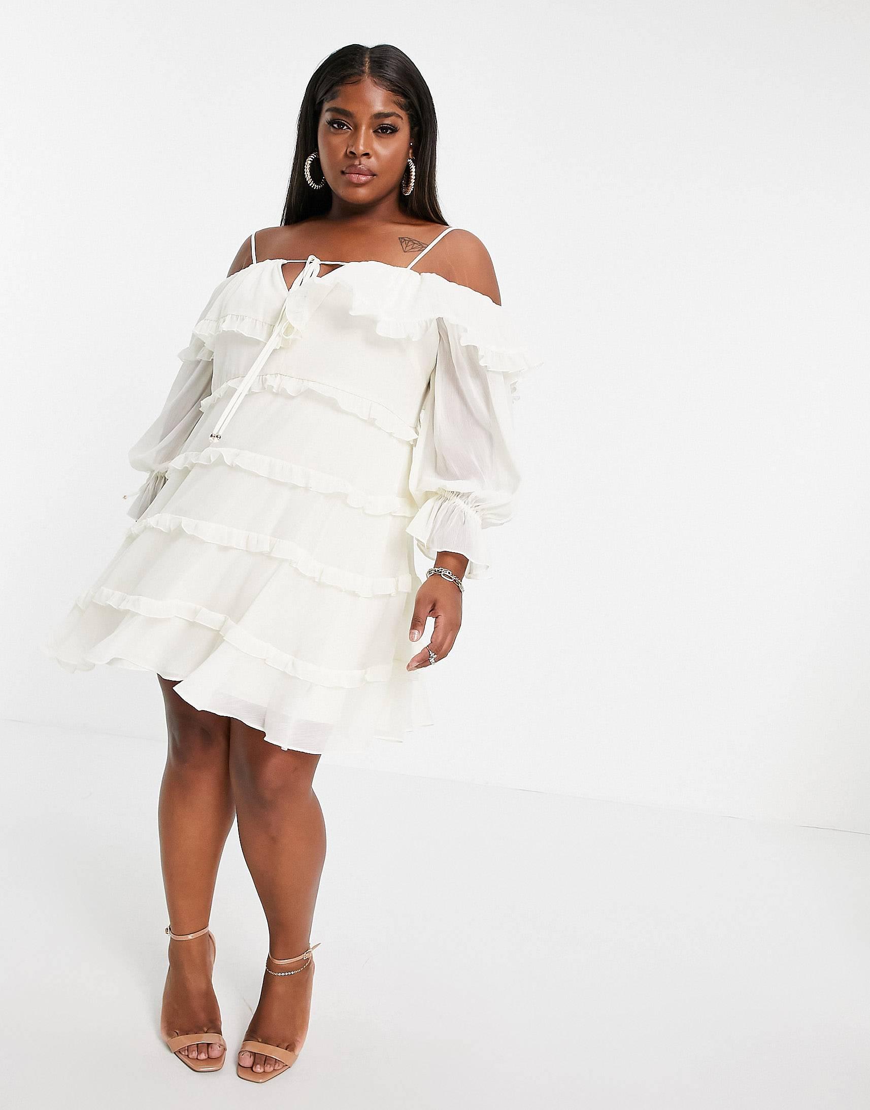 Vestido corto blanco escalonado con volantes de Forever New.
