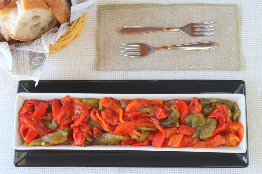 Receta de ensalada de pimientos asados o asadillo manchego, la guarnición ideal para carnes y pescados