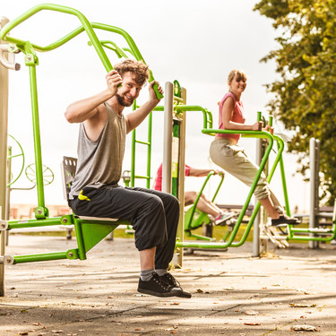 Gimnasios al aire libre: así puedes usar sus máquinas para ponerte en forma