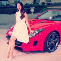 Lana del Rey es así, que igual te promociona ropa del H&M que un Jaguar: vale <em>pa' to</em>