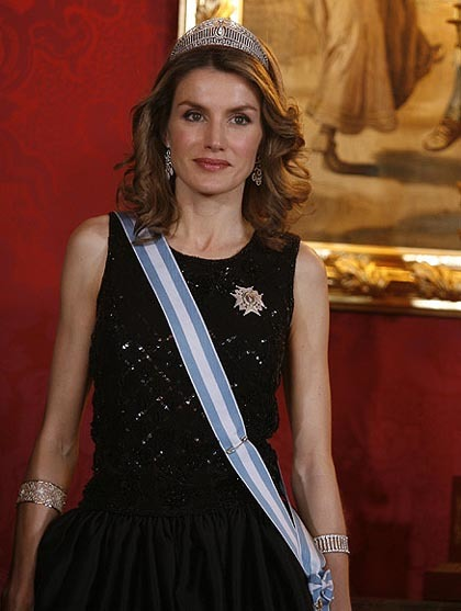 Cómo ponerse una diadema de fiesta: la princesa Letizia