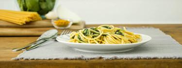 Vídeo receta de espaguetis con salsa cremosa de espinacas al curry, desafiando a los clásicos de la cocina italiana