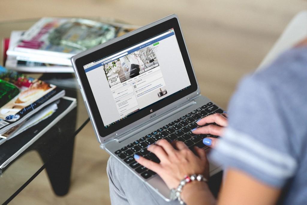 Una mujer que perdió al bebé que esperaba le pide a Facebook y Google que sus algoritmos no se lo sigan recordando