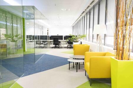 Hot desking, espacios más diáfanos y sistemas de turnos: así es el escenario de trabajo híbrido que plantean las tecnológicas en España