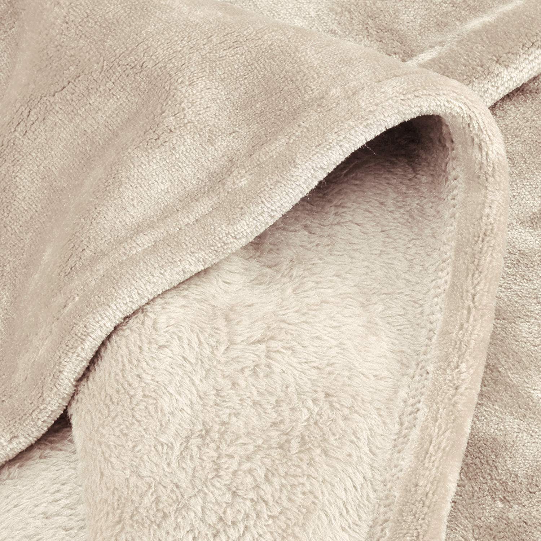 AmazonBasics - Manta, hecha de felpa de terciopelo suave - 127 x 152 cm - colores arena