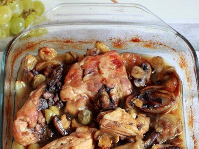 Receta de pollo asado con chalotas, champiñones y uvas