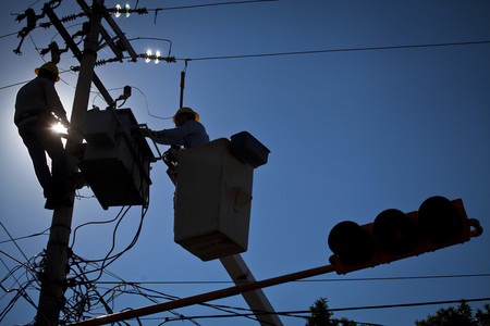 Por compensar cargos erróneos de luz a empresarios en México, la luz podría ser más cara en los hogares