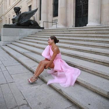 Los minivestidos con cola nos convertirán en la invitada perfecta... y en la estrella de la velada (con permiso de la novia)