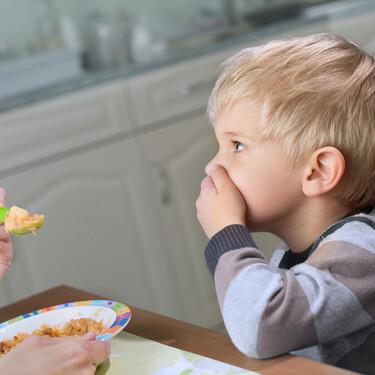 Alimentos que más rechazan los bebés y niños y qué puedes hacer para que tu hijo coma de todo