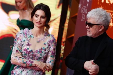 Por fin llega Penélope Cruz a la alfombra roja de los Premios Goya, y con su vestido de flores nos trae aires de primavera