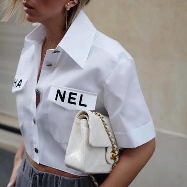 Esta es la camisa cropped (de Chanel) que se está viralizando entre las chicas de moda... y no nos extraña