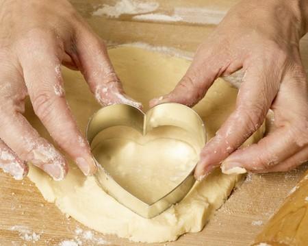 Siete postres rápidos y fáciles para San Valentín (y los utensilios necesarios para prepararlos o presentarlos)
