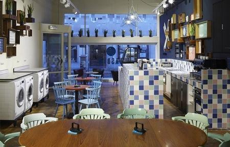 Espacios para trabajar: lavandería y bar con un aire retro