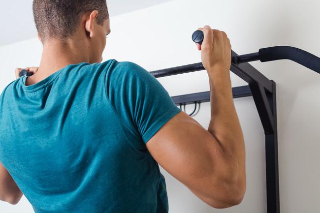 Dominadas: ejercicio que involucra a la espalda, los hombros y los brazos principalmente