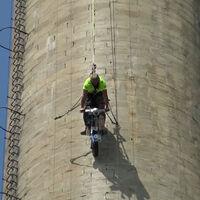 Recorrer con una Vespa los 110 metros verticales de una chimenea industrial es posible, y da para récord Guinness