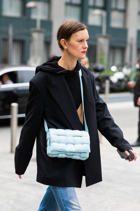 street style bolsos de moda cassette bottega veneta