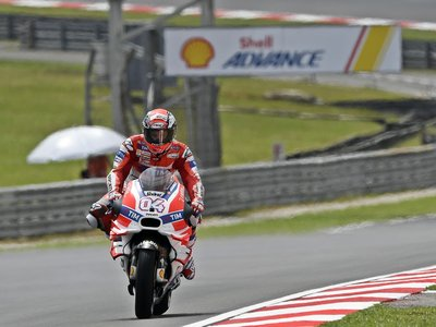Andrea Dovizioso se convierte en el noveno ganador de MotoGP en 2016, en una carrera de resistencia