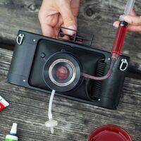 La nueva cámara de Lomography permite inyectar líquidos en la lente para crear diferentes (y únicos) filtros