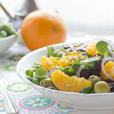 Ensalada de naranja con aceitunas y cebolla morada, receta ligera llena de vitaminas