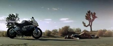 BMW S1000RR hasta en la sopa, ahora en el último vídeo de Black Eyed Peas