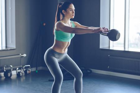 Una rutina con kettlebells o pesas rusas para entrenar todo tu cuerpo en el gimnasio