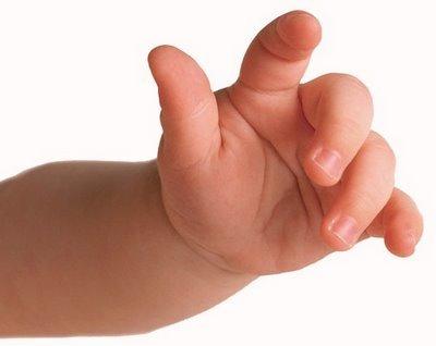 El bebé descubre sus manos