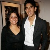 25_Dev-Patel-y-su-madre.jpg