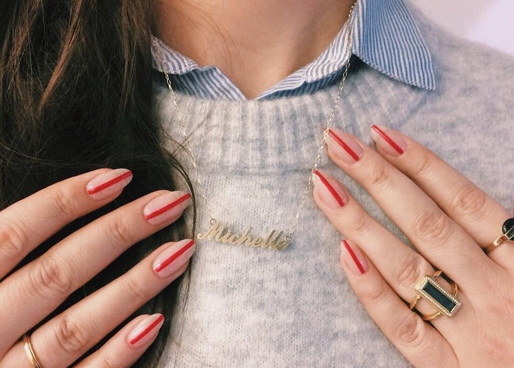 La manicura mas sencilla y minimalista de la temporada solo necesita una linea para ser perfecta