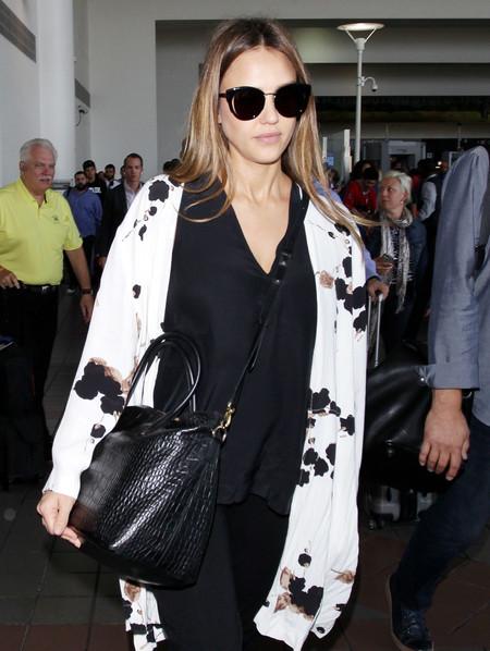 Un kimono es todo lo que necesita Jessica Alba para lograr el outfit de embaraza perfecto