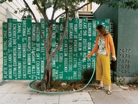 Una buena idea: una valla con letreros de calles